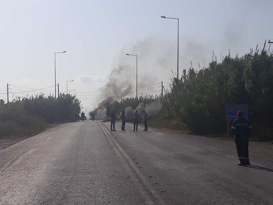 Σκηνικό έντασης στο Ασπρόχωμα από ρομά, που έχουν αποκλείσει τον δρόμο προς Μεσσήνη έχοντας βάλει φωτιές σε κάδους και σε λάστιχα.